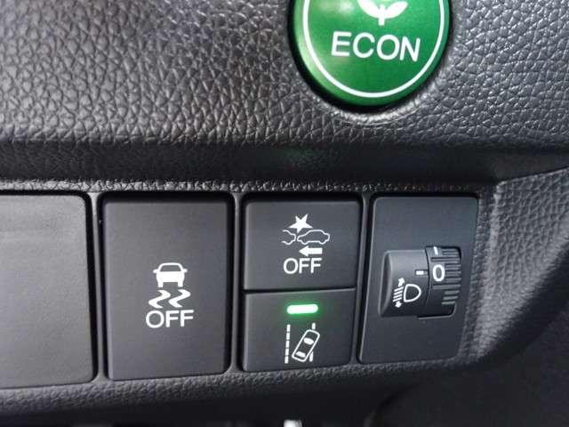ECONボタンで、アクセル操作に対する駆動力とエアコンの消費電力などを省エネ化。雪道や雨の日の運転をサポートする横滑り防止装置、衝突軽減ブレーキ、路外逸脱制御機能などの安全装備でお出かけも安心です。