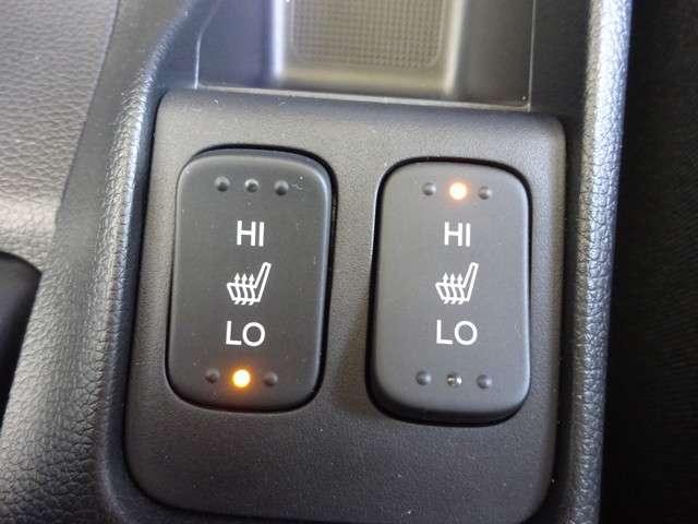 運転席&助手席にはシートヒーターが付いてます。寒い冬でもスイッチONで座面をあたたかくして、ドライブをさらに快適にしてくれます。こちらのスイッチでHIとLOの2段階に温度設定が可能です。