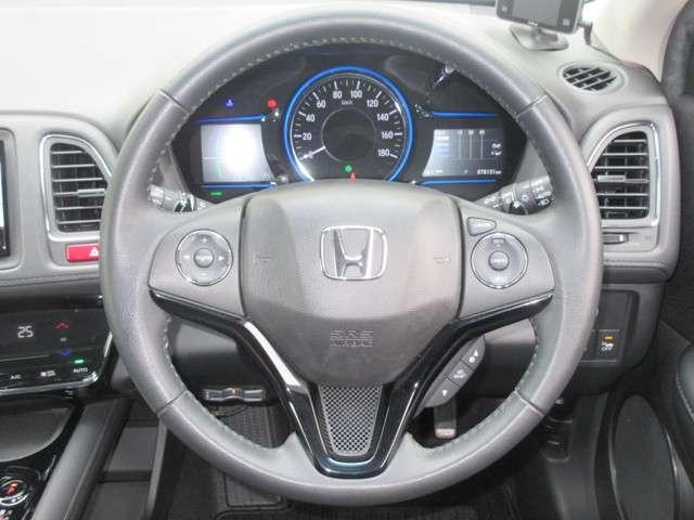 握りやすいハンドルには、オーディオコントロールとクルーズコントロールスイッチ、パドルシフトが装備されており、ハンドルから手を離さずに操作が出来ます。感覚で操作ができて便利で安全ですね!