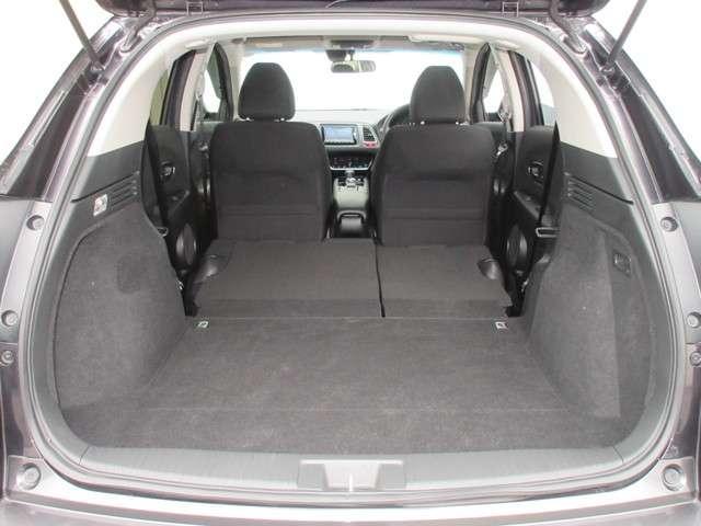 開口幅は上級SUVを上回る1,180mmで、一般的なゴルフバッグをスムーズに積み降ろし可能。開口長(上下)も900mmで、50インチテレビを立てたまま積み降ろしできます。