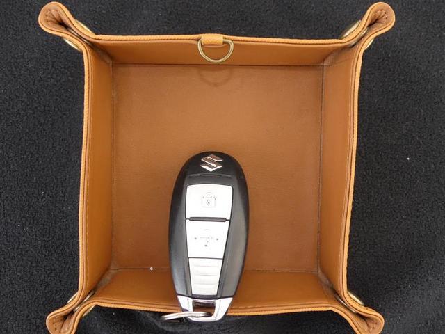 【スマートキー】  便利なスマートキーはポケットやバッグの中でOK☆カギの開け閉めやエンジンのON・OFFも指1本!たくさん荷物を持っている時や、お子さんを抱きながら、など非常に便利な装備です♪