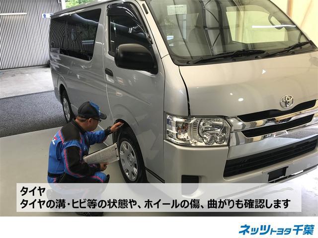 認定検査員が車両検査を行っております!タイヤの確認もしております。タイヤの溝・ヒビ等の状態やホイールの傷、曲がりも確認します。
