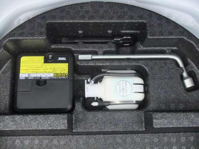 【パンク修理キット】・・・応急用タイヤに代わってパンク修理キットが装備されています。 タイヤ内部に専用修理液と空気を注入する応急処理用。