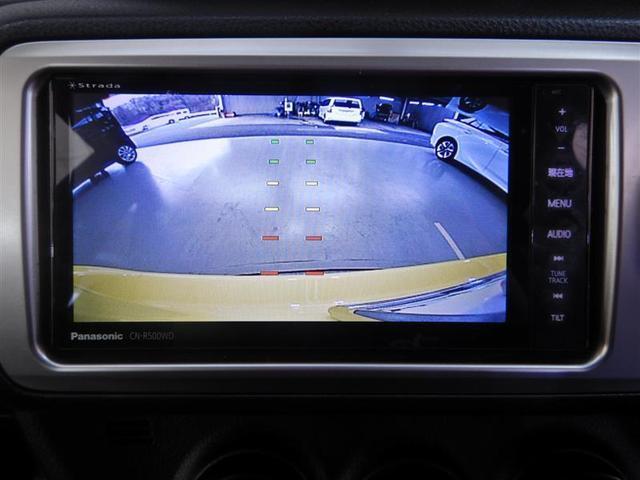 【BM】 後退時の安全確認に役立つバックモニターを装着。シフトレバーをバックに入れるだけで、ナビゲーションの画面がバックカメラに自動切替。後方の人物や障害物を容易に確認、安全性に貢献します。