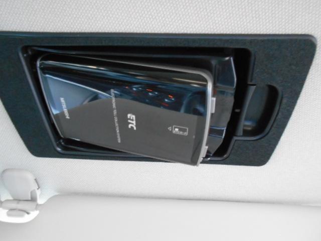 スマートインETCは運転席の天井、バイザーの裏にスッキリと格納されています!外から見えない防犯性と、カードの出し入れがしやすい利便性を兼ね備えており、使いやすいと好評です!