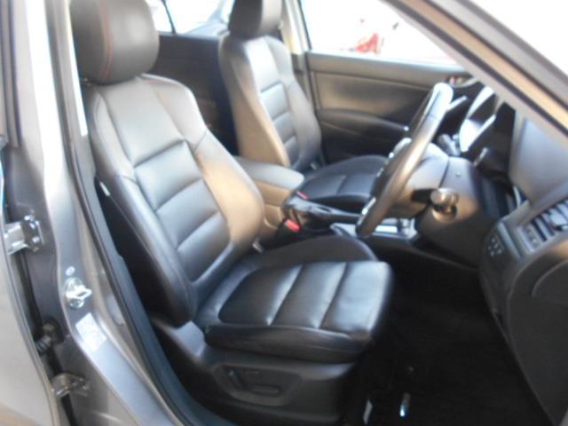 体にフィットする形状と、高品質なウレタンを採用したクッションにより、体重を分散させ、しっかりと体を支えるフロントシート!ロングドライブでも疲れにくく、快適にお乗り頂けます!運転席はパワーシートです!