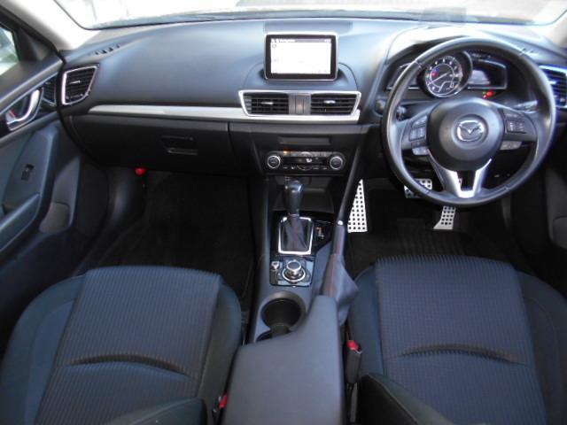 黒を基調としたシックで落ち着いた雰囲気のコクピット!低い着座位置と適度な包まれ感により、スポーティな感覚で運転に集中できます!シートに正対したペダル配置により、長距離運転でも疲れにくい設計です!