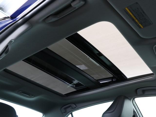 明るさが室内に溢れるムーンルーフですね。 暗い車内でも外の天候関係なく明るい光を取り入れることが出来ますね。 気持ちよくドライビングできますよ。