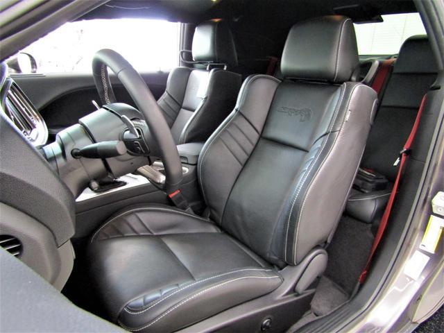SRT ヘルキャット BCD自社輸入車 ロゴ入りブラックレザーシート レッドシートベルト ブラック20インチAW(4枚目)