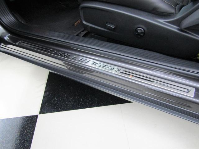R/T スキャットパック 50TH Anniversary Edition BCD自社輸入車 プレミアムステッチダッシュ&ドアパネル 専用メーターパネル アニバーサリーブラックペイントフード(19枚目)