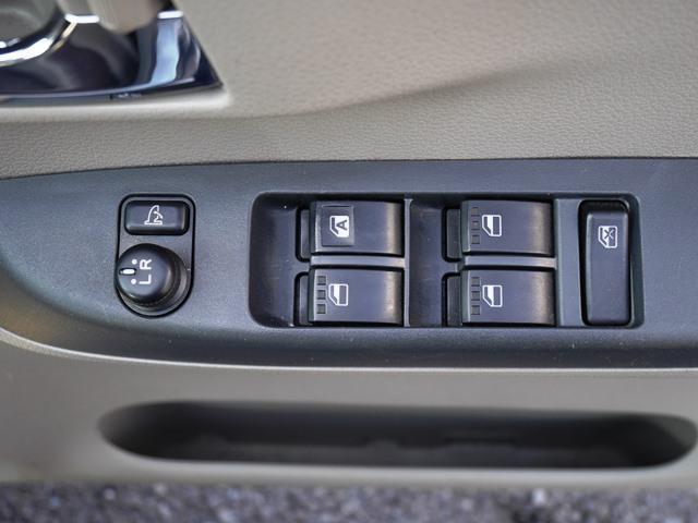 運転席ドアにはパワーウインドウスイッチとドアミラースイッチが