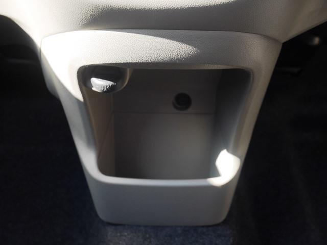 エアコンパネルの下にある小物入れ。けっこういろいろ入ります。
