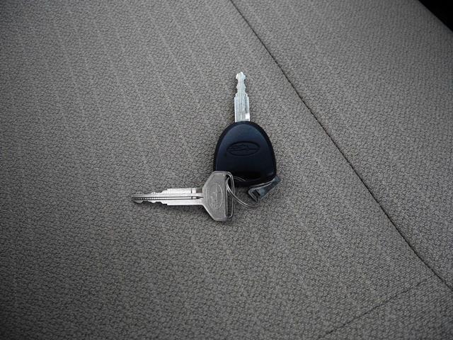 キーは新車時と同じ構成です。リモコンキーと板キーの組み合わせ。スペアキー作成に必要なキータグも付いてます。