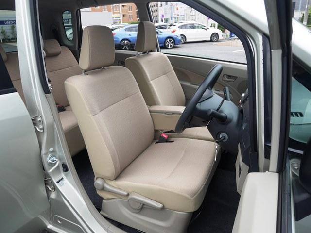 運転席はシートリフターが装備されていますので背の低い方でも座面を目いっぱいあげれば座布団不要な高さまで持ち上がります。アイボリーの内装は室内が明るく感じます。明るいですよね。