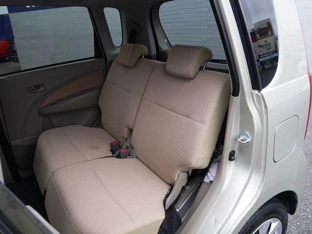 後席の座面は左右に分割して前後にスライドします。これにより、3人乗って荷物を載せたり、4人乗るけど荷物を載せたり、荷物を載せないから後席を目いっぱい下げるということもできます。