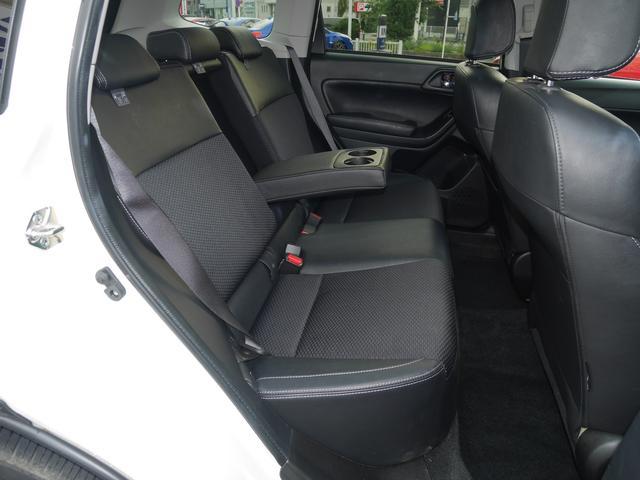 後席はリクライニング機能も装備されています。中央には大型のアームレストがあります。カップホルダーが便利です。