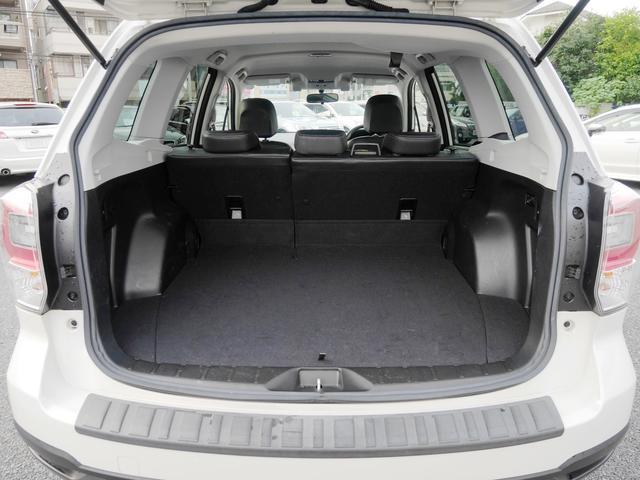 カーゴ部分の床下にはスペアタイヤがあります。パンク修理剤が主流ですがやはりスペアタイヤの方が安心感がありますよね。