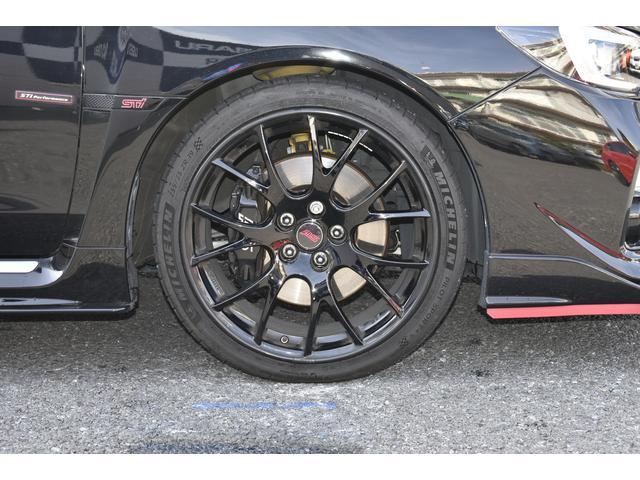 鍛造のBBS製19インチアルミホイール。タイヤサイズは255/35R19を採用