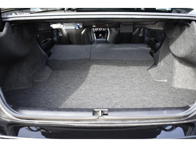 リヤシートのバックレストを倒して、トランクスルーになりますので長物の収容にも便利です。
