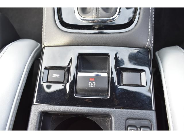 電動パーキングブレーキ。エンジンスイッチの状態に関係なくかけることができます。エンジンスイッチがONのときに解除できます。