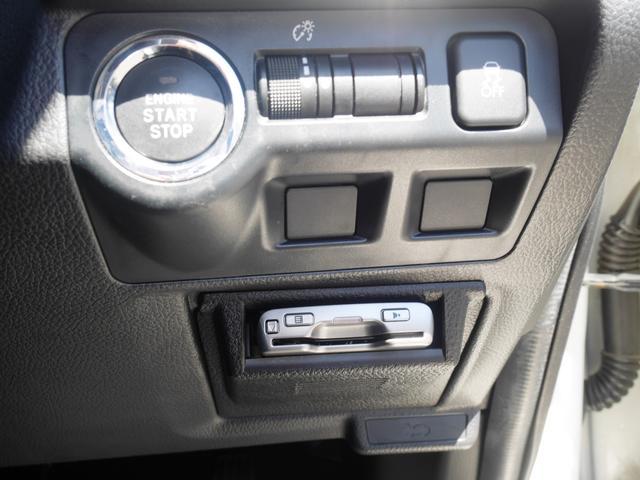運転席右側のスイッチ類。大きな○はエンジンスタート。その右はインパネの明るさ調整。その右は横滑り防止装置のオフ用です。誤操作しないよう大きめに設計されております。
