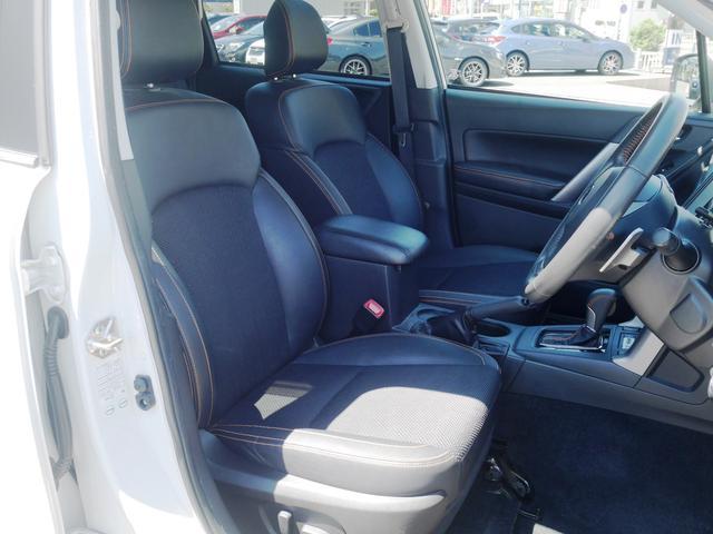 運転席も助手席も8ウェイのパワーシート。座面が前後で上下するので4ウェイ。リクライニングとシートスライドで2ウェイずつ。合計で8ウェイです。オレンジのステッチはアクスブレイクのみ。かっこいいです。