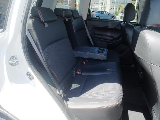 前席も後席も同じシート生地です。撥水します。水をかけると染み込まずに水玉になるのでサッと拭けるのです。泥汚れも染みになりにくいのが特徴です。