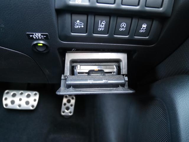 ETCは運転席右側にビルトイン。現行モデルはETC本体が外から見えません。防犯上もいいですし、見た目もスッキリしました。こちらのETCは新世代型の2.0です。