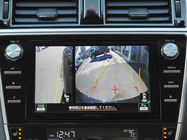 リアビューカメラの画像です。こちらはサイドビューとリアビューが同時に映るモードです。フロントビューカメラも装備しております。センターコンソールにあるボタンで切り替えられます。