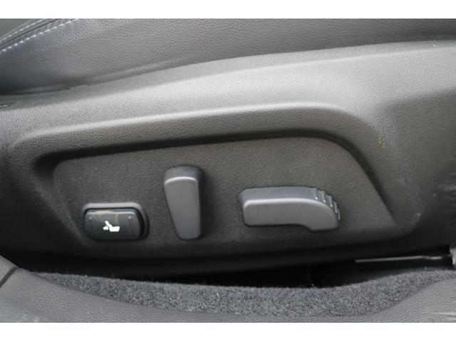 運転席&助手席は8ウェイパワーシートプラス運転席は電動ランバーサーポート付