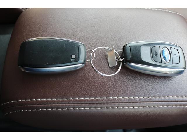 キーレスキーは2個有ります。   こちらを持っているだけでドアハンドルのセンサー部をタッチすればドアロックの施錠/解錠が出来ます。