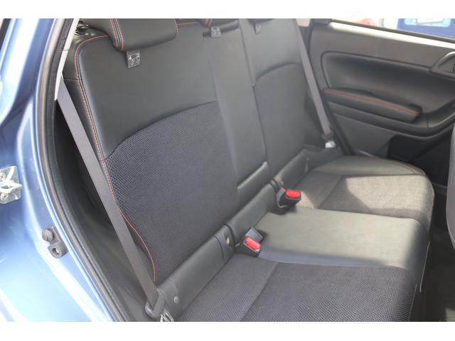 適度なホールド性をもたせるとともに走行中の微振動を吸収。疲れにくい後席。センターにアームレストも装備。