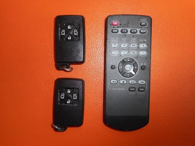便利なスマートキーも2本装備されています。TVのリモコンです。