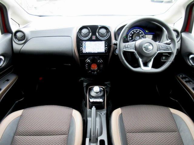 ディーラーオプションのメモリーナビ・ETC・ドライブレコーダー・スマートルームミラー・クルーズコントロール・オ-トエアコン・インテリジェントキ-等を装備する運転席まわり。