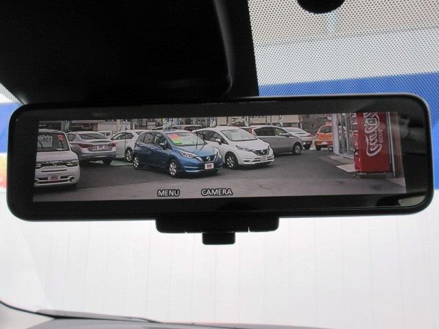 後席に同乗者がいる際の後方視界を確保するスマートルームミラーです。 もちろん電源オフ時には通常のルームミラーとして利用できます。