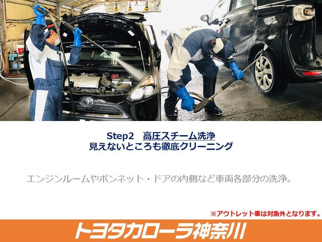 【見えないところも徹底クリーニング】点検の終わった車両は、エンジンルームをはじめ、下回りやタイヤハウス内の汚れを取り除きます。