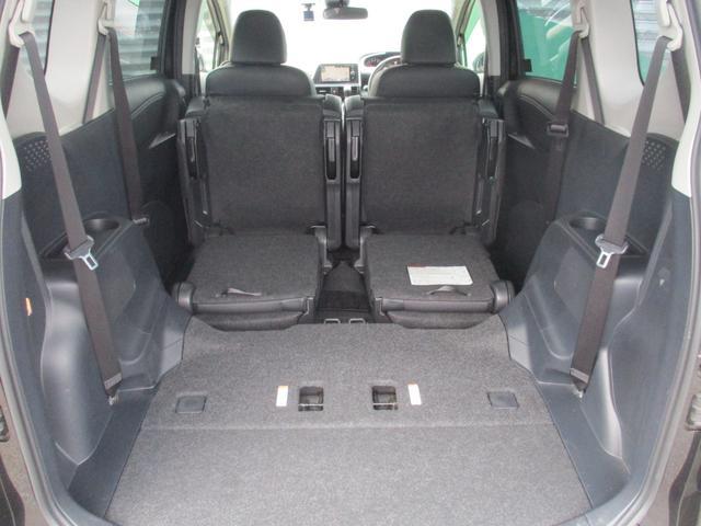 サードシートをたたんで、セカンドシートを前方へ跳ね上げればこんなに広いスペースになりますよ!