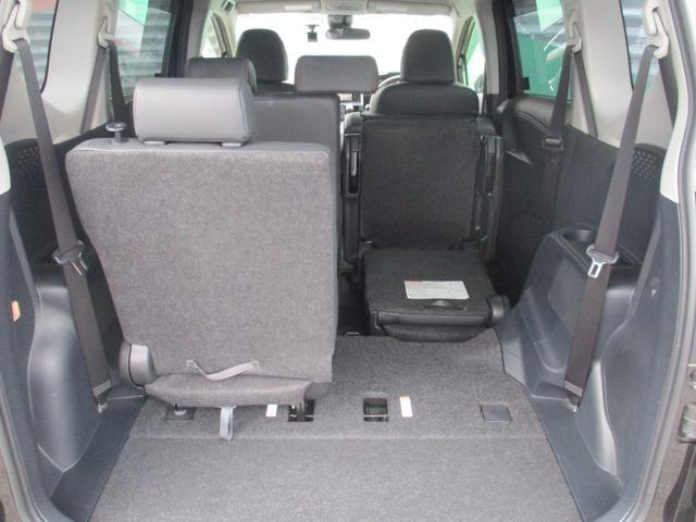 サードシートの右側をたたんで、セカンドシートの右側を跳ね上げれば細長い荷物も積めますよ!