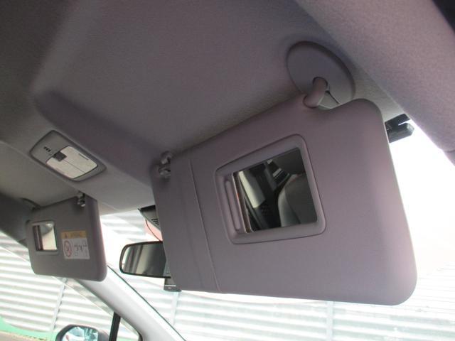 運転席や助手席のサンバイザーに鏡が付いてます☆ちょっとした身だしなみチェックができますよ☆
