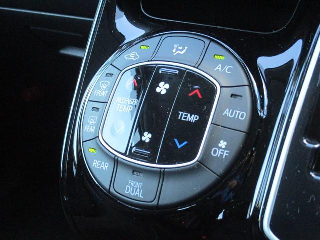 運転席側と助手席側で別々の温度設定ができるオートエアコン付☆