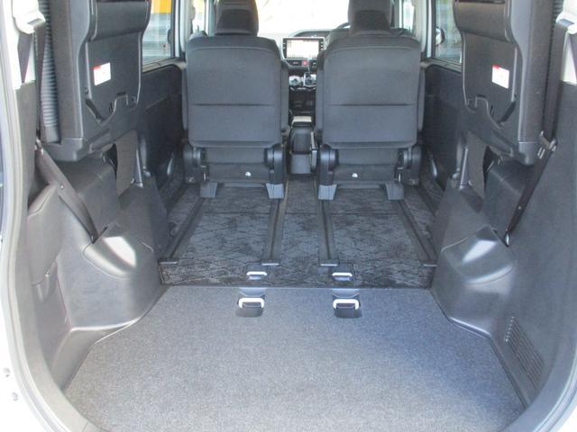 サードシートを跳ね上げてセカンドシートを前方へスライドすればこんなに広いスペースになりますよ☆