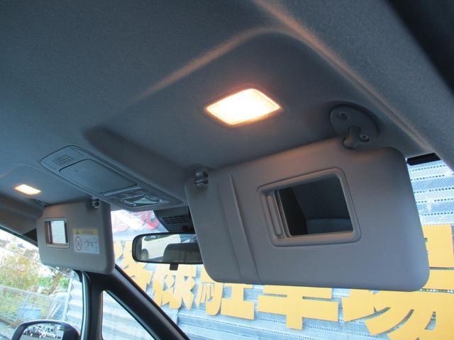 運転席や助手席のサンバイザーにランプ付の鏡が付いてます☆ちょっとした身だしなみチェックができますよ☆