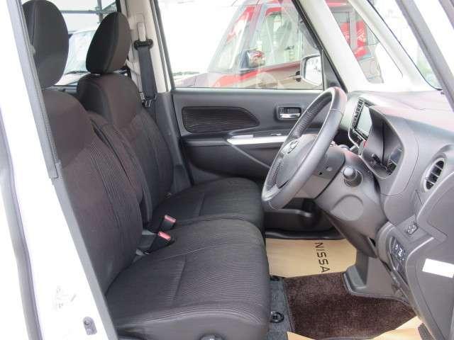 フロントはベンチシートタイプで運転席廻り広々とお使い頂けます。
