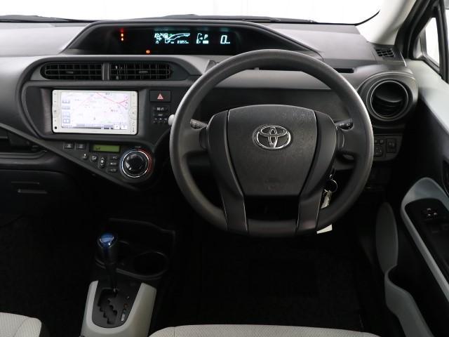 センターメーターです。メーターがセンターに有ると運転時、メーターへの視線移動が少なく済むので見易いですよ。