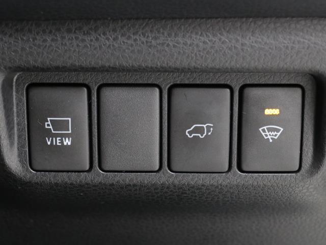 電動式バックドアです。 荷物を持ったままでもボタン一つで自動的に開け閉めできるので便利ですよ。 挟み込み防止機能も付いていますのでお子様の手や荷物を挟み込むのを防いでくれますよ。