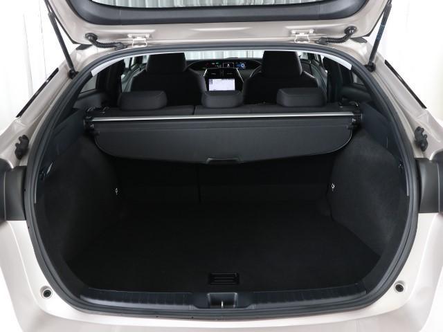 とても広々、大きな開口部の荷室スペースですね。 開口部広々だから、大きな荷物も楽々収納出来ちゃいますね。 荷物スペースは広いほうがいいですよね。
