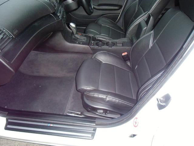 Mスポーツシート専用のレザー調シートカバーもきれいです。