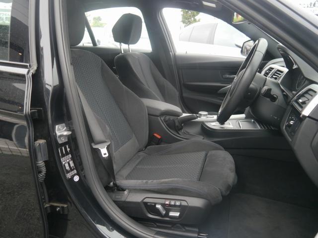 インテリアは、Mスポーツ専用装備多数。アルカンターラを使用した電動スポーツシート、本革巻きのスポーツステアリング、専用カラーのインテリアトリム、雰囲気をスポーティにさせるアンソラジットルーフライニング