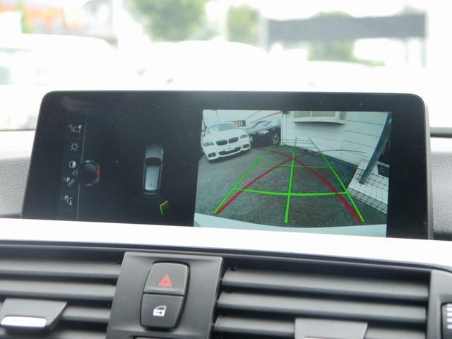 リバースに連動し、車両後方の映像をカメラでディスプレイに表示致します。更にはコーナーセンサーと連動し、交代時の安全をサポート致します。
