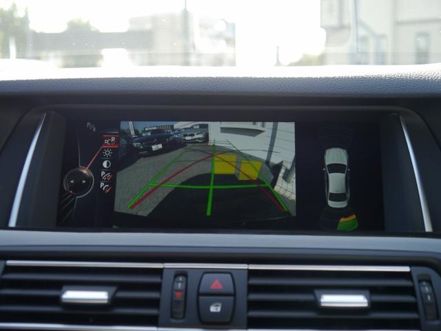 リバースに連動し、車両後方の映像をカメラでディスプレイに表示致します。更にはコーナーセンサーと連動し、後退時の安全をサポート致します。